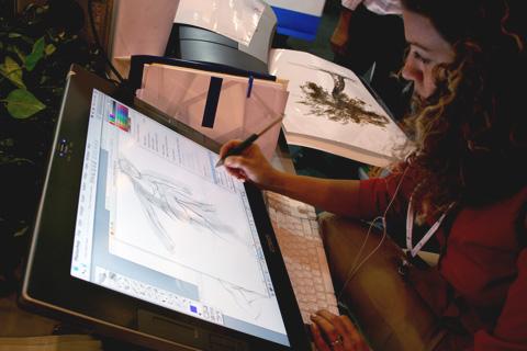 disenador-grafico-trabajando-en-tableta-digital